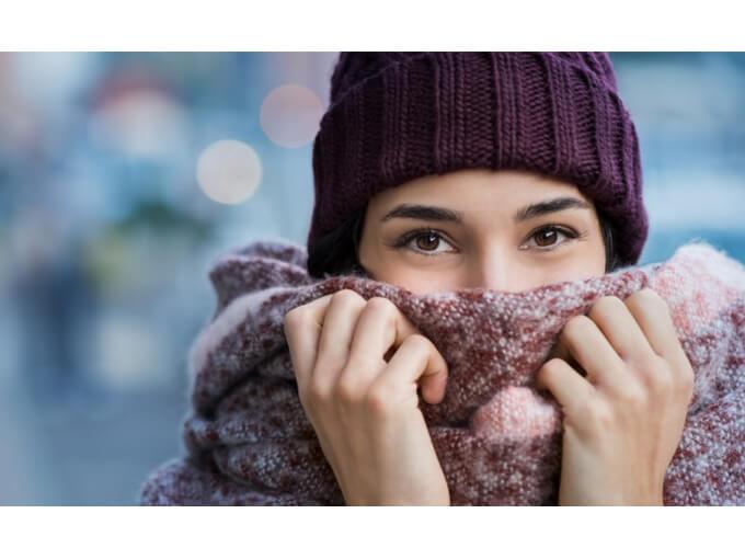 マフラーと帽子で温かそうな女性