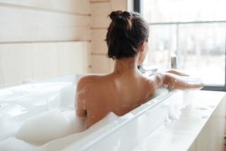お風呂に入っている女性の後ろ姿