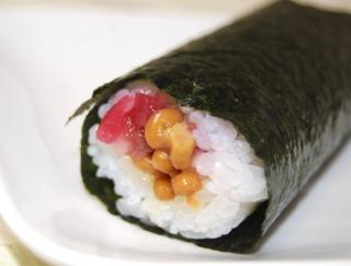 カリカリ食感の虜☆さっぱり食べられるセブンの「手巻寿司 うめ納豆巻(カリカリ梅入り)」