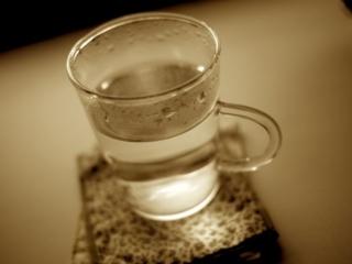 コップに入った白湯