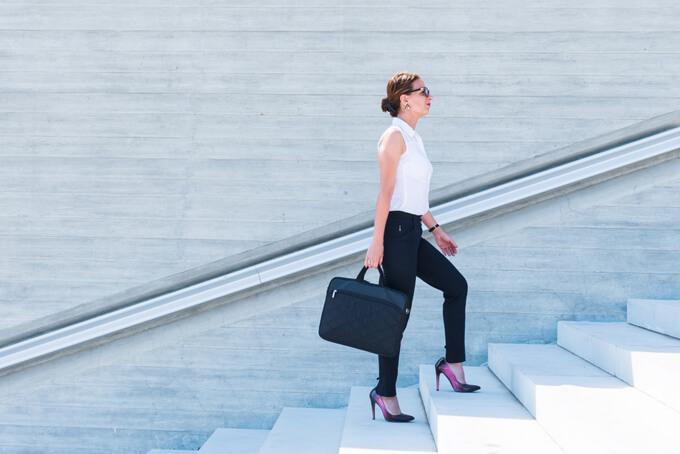階段を登っている女性の画像