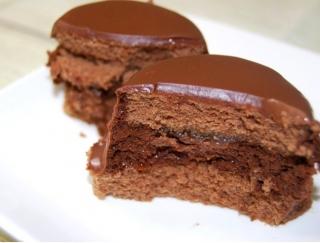 """隠し味は""""あんずソース""""!フランス産のチョコレートをたっぷり使用したファミマの本格スイーツ「ザッハトルテ」"""