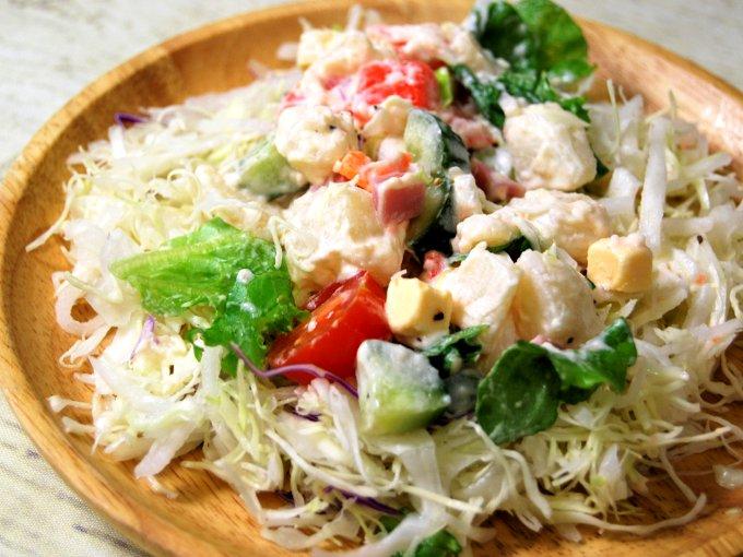 お皿に移した「ハムとポテトのキューブサラダ」の画像