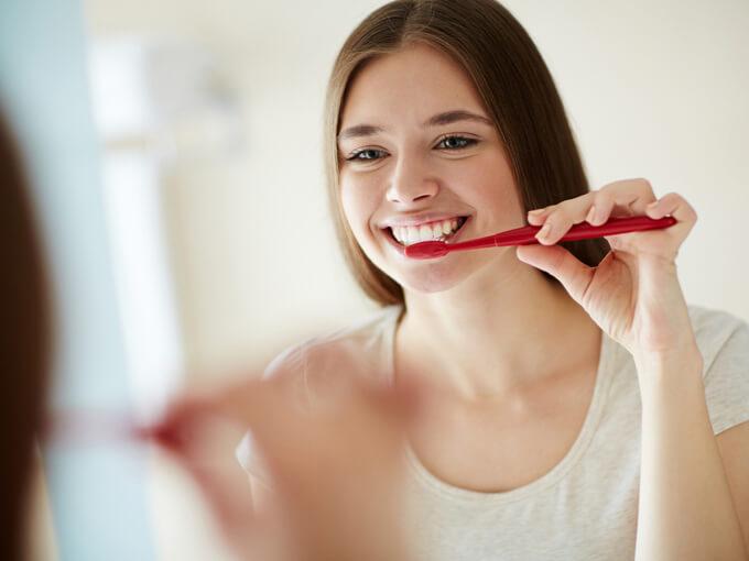 歯磨きしている女性の画像