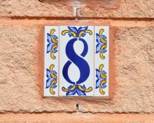 タイルのデザインに書かれた「8」