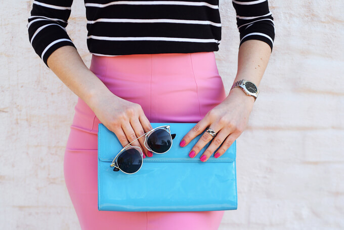鮮やかなスカイブルーのバックを持っている女性の手元画像