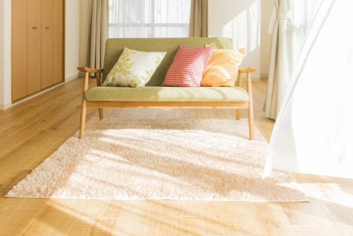 窓から風の入るきれいに片付いた部屋