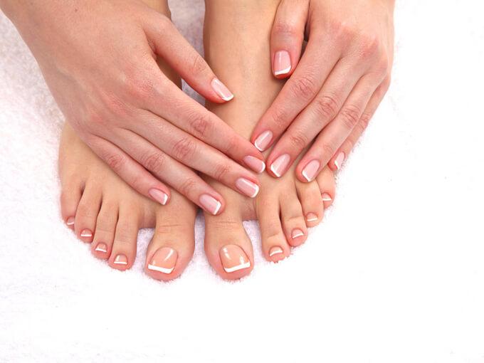 自分の足に触れる女性の画像