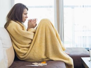 毛布にくるまっている女性の画像