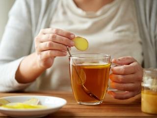 紅茶に刻んだ生姜しょうがを入れている手元の画像