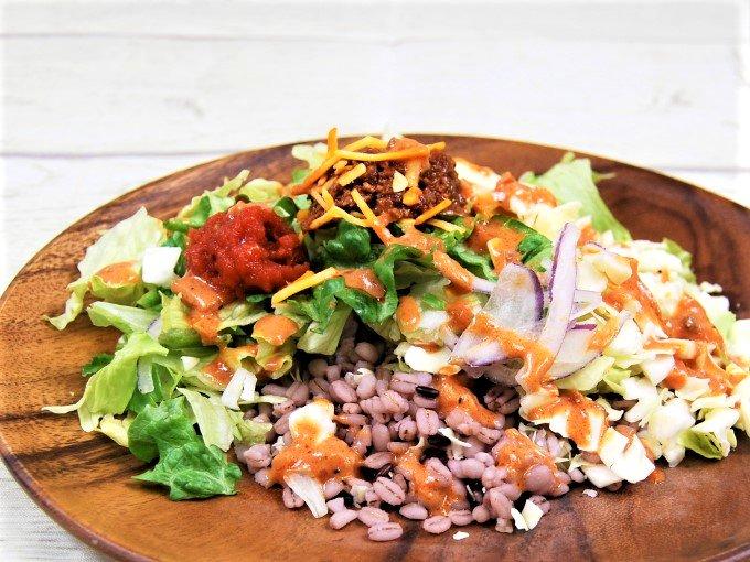 お皿に移した「タコライス風雑穀入りサラダ」の画像