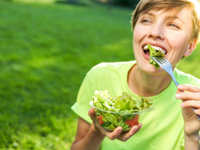 野菜をたっぷり食べる女性