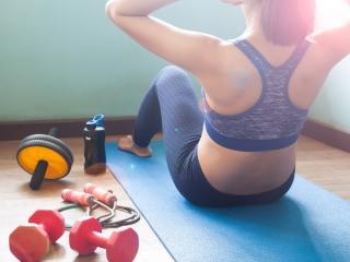 腹筋運動をする女性
