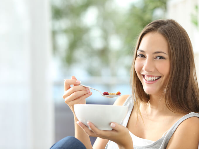 リラックスして食事をする女性