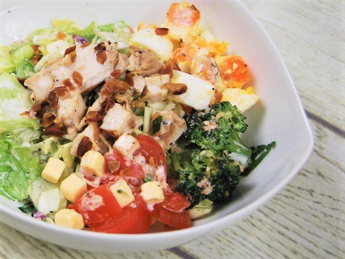 お皿に盛った「グリルチキンと玉子のチョップドサラダ」のアップ画像