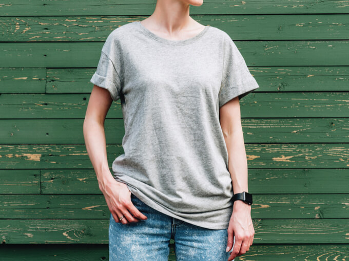Tシャツを着る女性