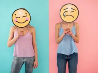 笑顔の女性と落ち込む女性の画像