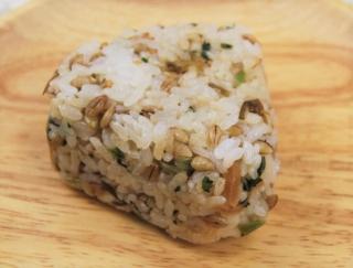 ファミマの健康系おにぎりに新作登場!かつおだしで味つけした「スーパー大麦 青菜と生姜こんぶ」