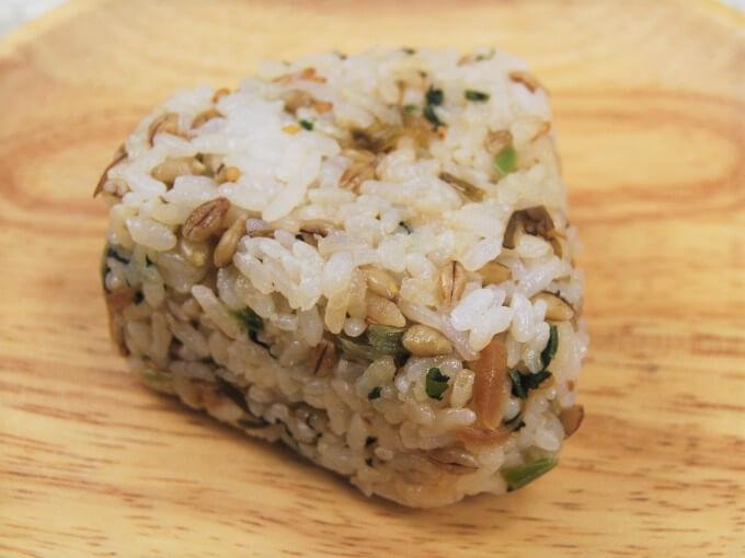 お皿に乗った「スーパー大麦 青菜と生姜こんぶ」のアップ画像