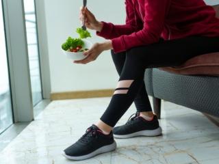 サラダを食べるスポーティな女性