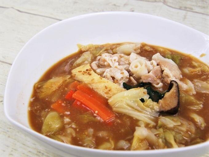 お皿に盛った「1/2日分の野菜! たっぷりお肉の味噌鍋」のアップ画像