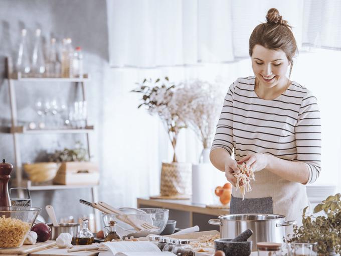 料理をする女性の画像