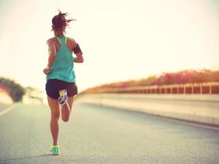 女性ランナーがランニングしている後ろ姿画像