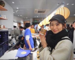 AKTRのフラッグシップストアでコーヒーを楽しむヤハラさん