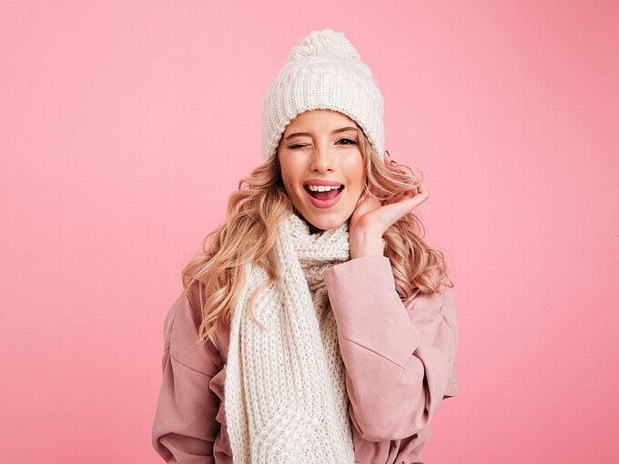 冬服を着てウインクをする女性