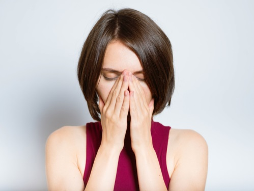 鼻を抑える女性