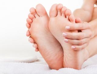 """足裏を刺激するだけ! お正月太りの体が軽くなる""""疲れた胃を休ませる""""足裏健康法"""