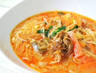 野菜たっぷり♡ 寒い季節にぴったりな「1/2日分の野菜! カルビクッパ(もち麦)」がセブンに登場
