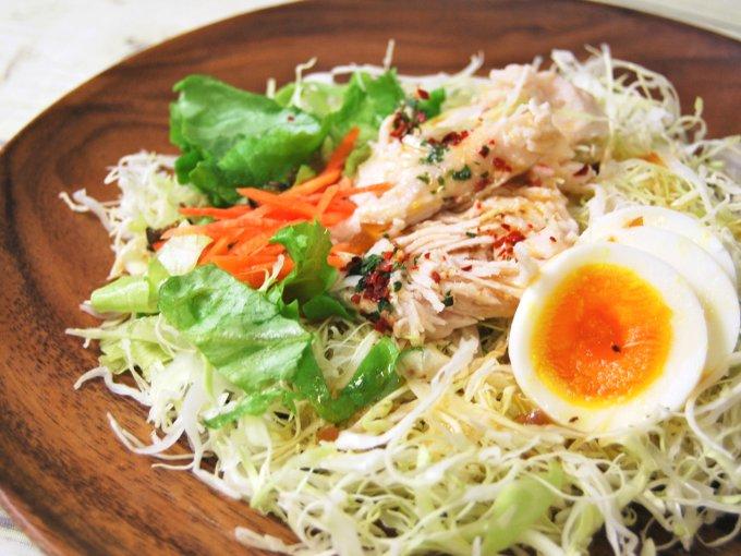 お皿に移した「サラダチキンと玉子のサラダ」の画像