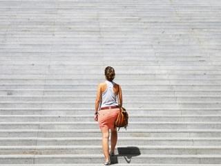 階段を上る女性の画像