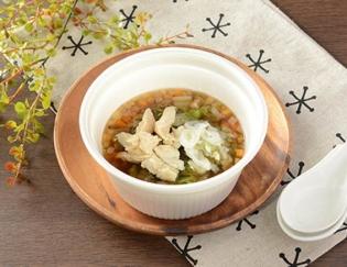 公式サイトで掲載された「鶏ささみと6種野菜のもち麦スープ」の画像