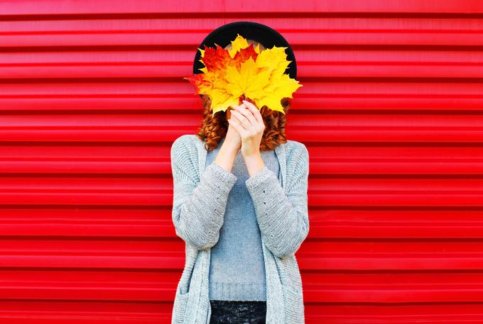 葉っぱを持った女性の画像