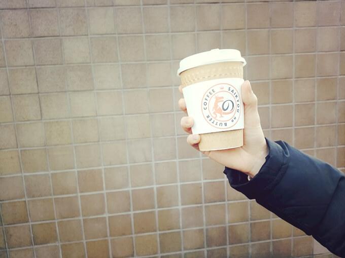 最強のバターコーヒーを手で持っている画像