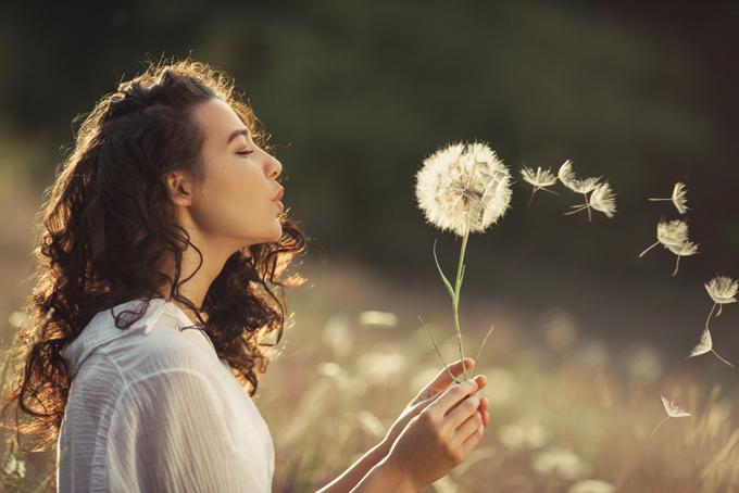 深呼吸をしている女性の画像