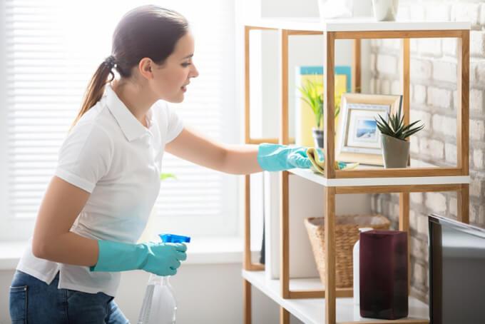 棚の掃除をする女性
