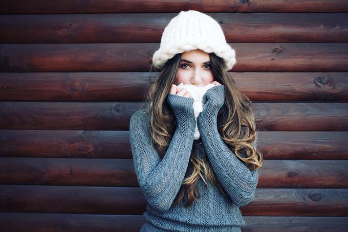 寒さに耐える女性の画像