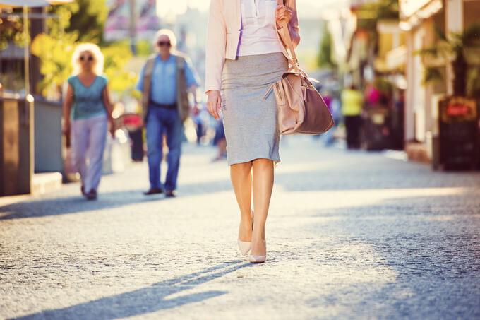 歩いている女性の画像