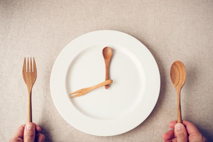 お皿にのせたスプーンとフォークで針のかわり