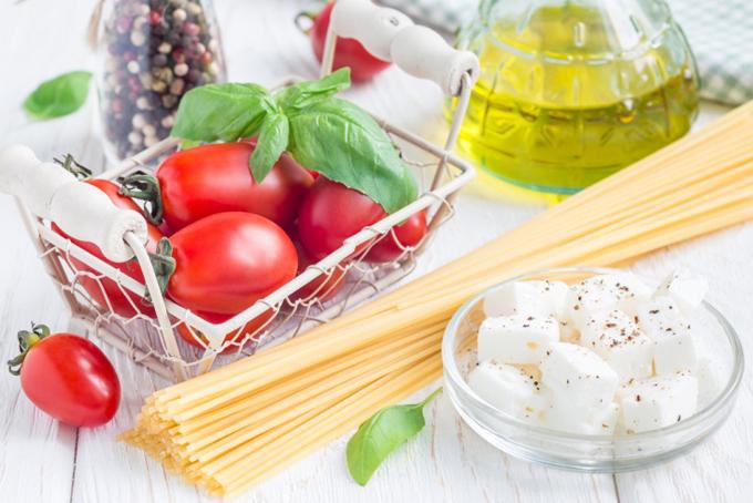 パスタとオリーブオイルとトマト、チーズ
