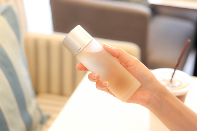 手で化粧水を持っている画像