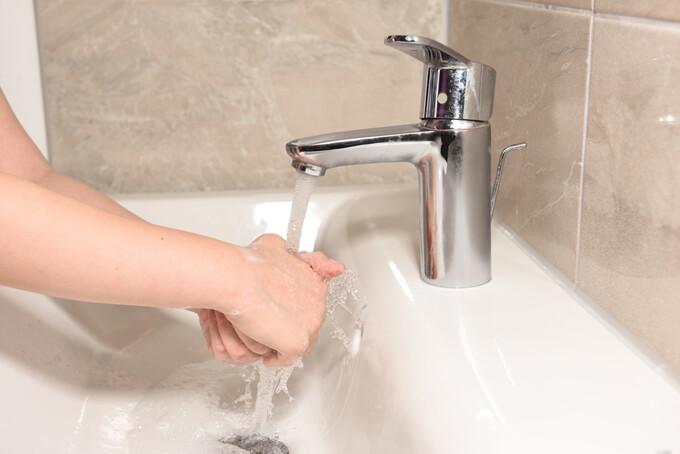 洗面台で手を洗っている画像