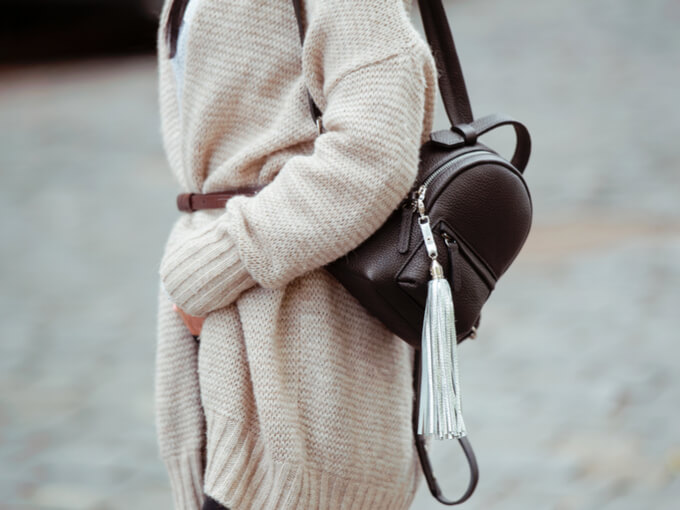 カーディガンを着る女性