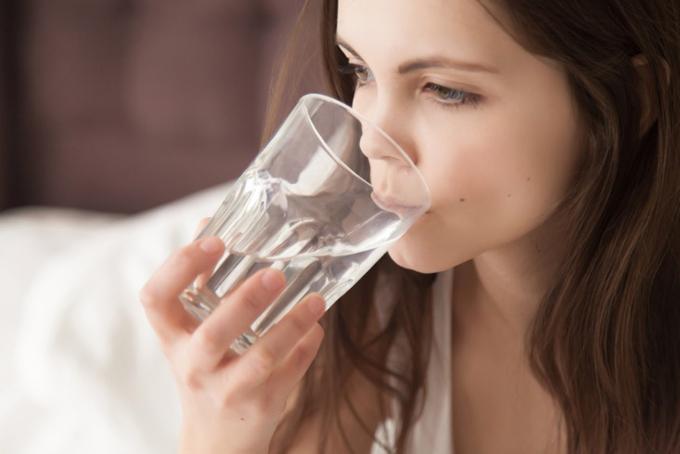 乾燥して水を飲む女性