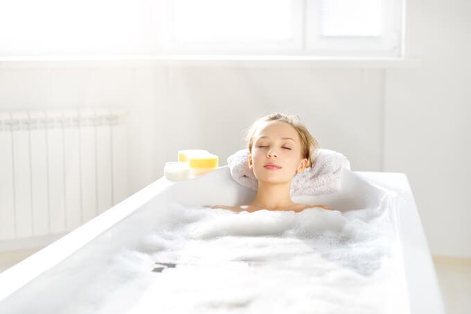 お風呂に入ってリラックスしている女性の画像