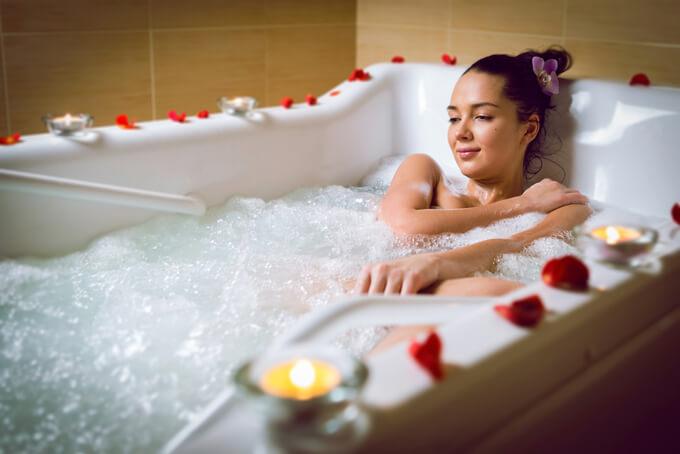 ジャグジーのお風呂に入っている女性の画像