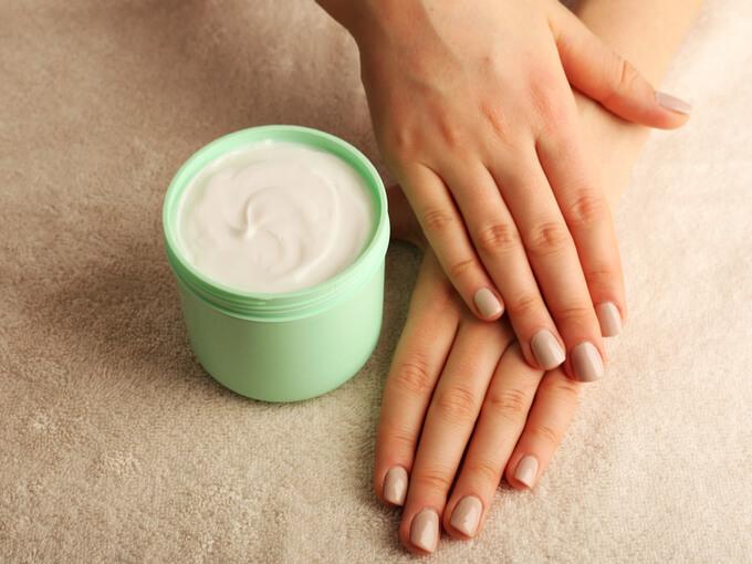ハンドクリームと女性の手